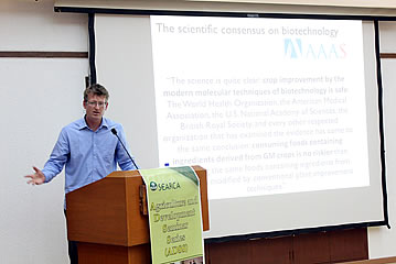 Mark Lynas discusses how biotechnology can help in global food security in his SEARCA Special Seminar. (Photo by LLDDomingo)