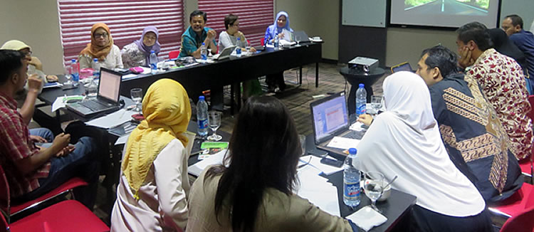 Mr. Arif Aliadi facilitated the active discussion during the 3-day writeshop in Jakarta, Indonesia.