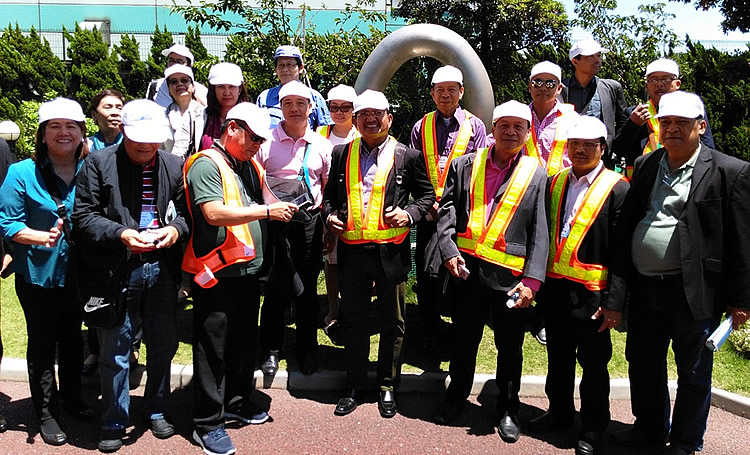 Philippine delegation visits paper recycling facility in Yokohama, Japan.