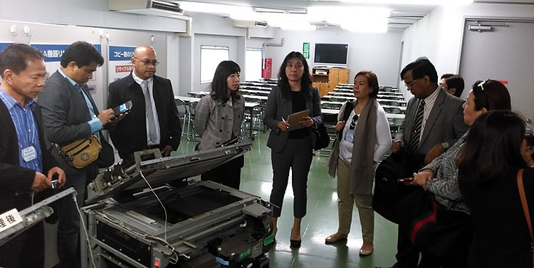 The Eco-town Center Coordinator explains to the Philippine delegation the re-use and recycling processes of Nikon for its photocopying machines.