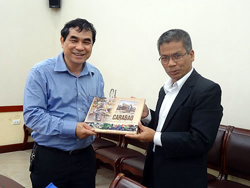 Dr. Nguyen Anh Minh (left), Deputy Director General of the International Cooperation Department, MARD, receives a token of appreciation from Dr. del Barrio.