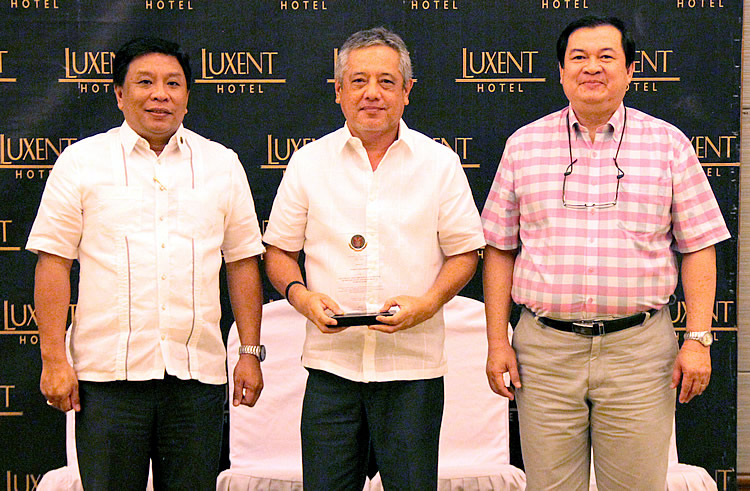 Dr. Gil C. Saguiguit, Jr. (center), SEARCA Director, holds the plaque of recognition presented by UPLB Chancellor Fernando C. Sanchez, Jr. (left) during the thanksgiving dinner reception tendered by the university for its partners on 21 October 2015 at the Luxent Hotel in Quezon City, Philippines. Also in the photo is UPLB Vice Chancellor for Research, Development and Extension Rex B. Demafelis. (Photo by Lawrence N. Garcia/UPLB-OVCRE)