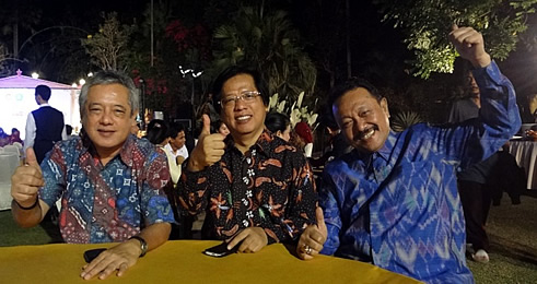 (L-R) Dr. Saguiguit; Dr. Abi Sujak, SEAMOLEC Interim Director; and Dr. Gatot Hari Priowirjanto, SEAMES Director give their thumbs up in Solo, Indonesia for internationalizing and harmonizing TVET in Southeast Asia.