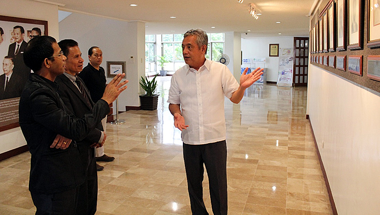 Dr. Saguiguit takes Ambassador Martins on a tour of SEARCA's facilities.