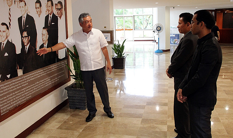 Dr. Saguiguit shares a bit of SEARCA's history with Ambassador Martins during the tour.
