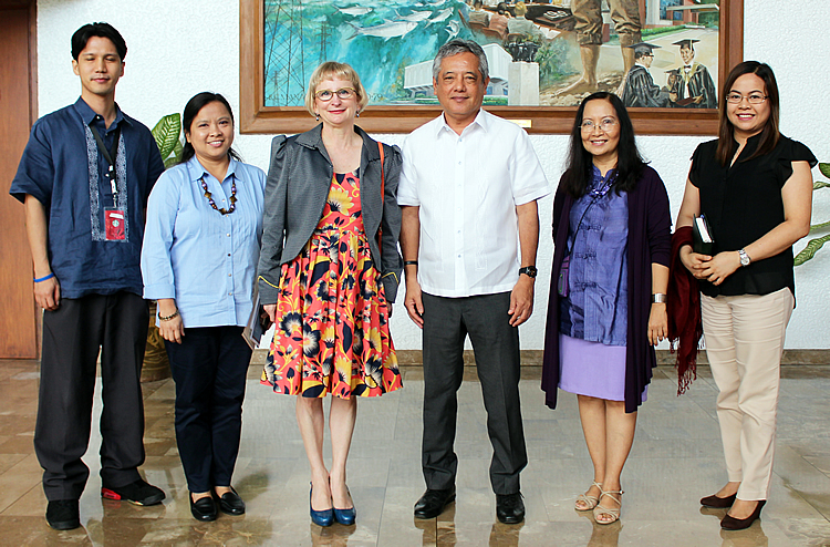 Dr. Gil C. Saguiguit, Jr. (third from right), SEARCA Director, warmly receives Her Excellency Ms. Amanda Gorely (third from left), Ambassador of Australia to the Philippines  during her visit to SEARCA. Joining Dr. Saguiguit in welcoming the Ambassador were Dr. Maria Cristeta N. Cuaresma (second from left), Program Head for Graduate Education and Institutional Development; Dr. Maria Celeste H. Cadiz (second from right), Program Head for Knowledge Management; and Mr. Henry M. Custodio  (leftmost), Program Specialist, Research and Development; and Ms. Nancy L. De Leon (rightmost), Program Specialist, Project Development and Technical Services (PDTS).
