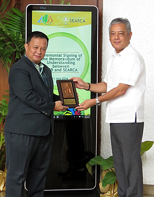 SEARCA Director Dr. Gil C. Saguiguit, Jr. (right) presenting institutional token to ACB Executive Director Atty. Roberto V. Oliva.