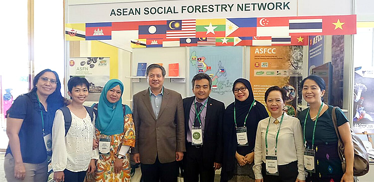 Representatives of the ASFN partners visited the Network's exhibit area before the formal opening program of the APFW 2016. From left to right: Alfi Syakila, ASFN Secretariat; Mary Ann Batas, SEARCA; Sagita Arhidani, ASFN Secretariat; Dr. Ujjwal P. Pradhan, ICRAF; Dian Sukmajaya, ASEAN Secretariat; Ria Susilawati, ASFN Secretariat; Amy M. Lecciones, SEARCA; and Femy Pinto, NTFP-EP. Photo courtesy of the ASFN Secretariat