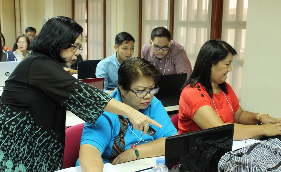 Dr. Aragon and Prof. Bates M. Bathan assist the training participants during an exercise on Cost and Return Analysis.