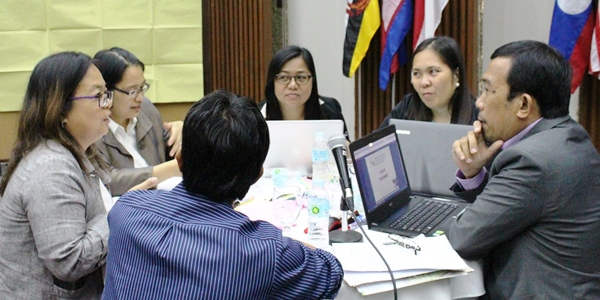 Participants from the Philippines discuss how to approach the value chain for cacao