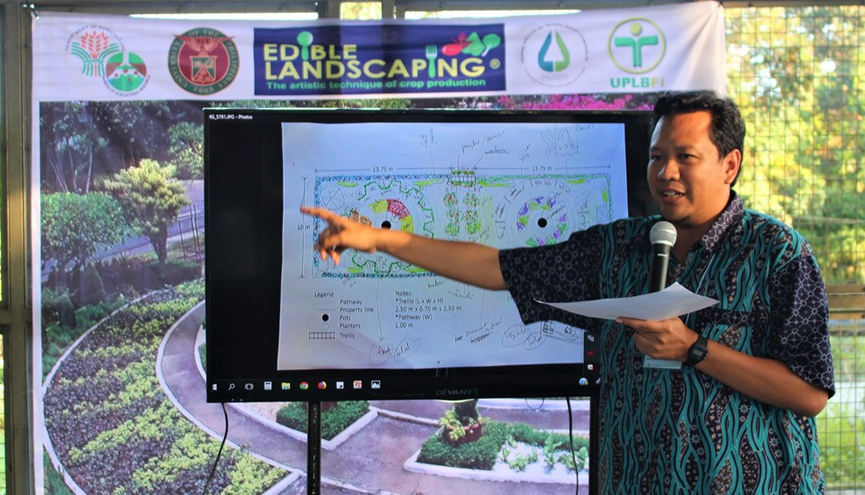 Dr. Awang Maharijaya from the Department of Agronomy and Horticulture, Faculty of Agriculture of the Institut Pertanian Bogor in Indonesia, presenting his group's garden design plan.