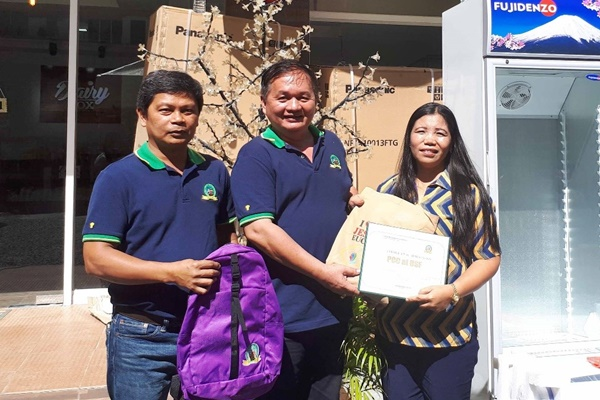 From left: LAMAC MPC officials Mr. Richard Obaner, Vice-Chair, and Mr. Delfin Tuguib, Chair, award the Certificate of Appreciation for the Provision of Equipment to The Dairy Box- Cebu to Ms. Guillerma Abay-abay, PCC USF CBED Coordinator.