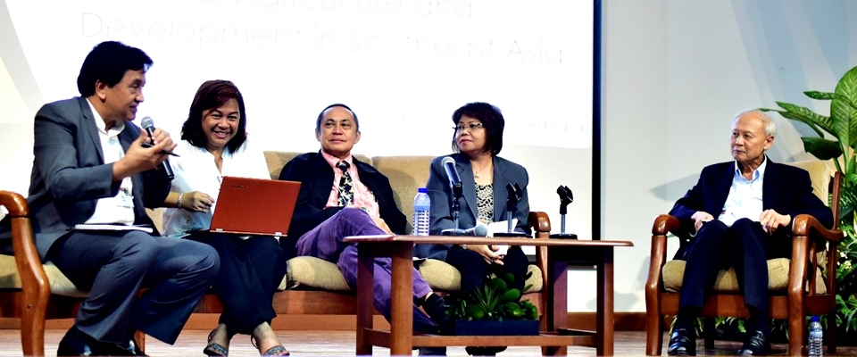 Session 5 was about arriving at an integrated agenda for Agriculture and Development in Southeast Asia, where Dr. Cielito F. Habito, Forum Technical Adviser, set the tone and Dr. Doris Capistrano (2nd from left), Dr. Karen Eloisa T. Barroga (2nd from right), Dr. Paul P.S. Teng (leftmost), and Mr. Tomas A. Cabuenos, Jr. (center) respectively presented their syntheses of Sessions 1-4 before Dr. Habito attempted an overall synthesis.