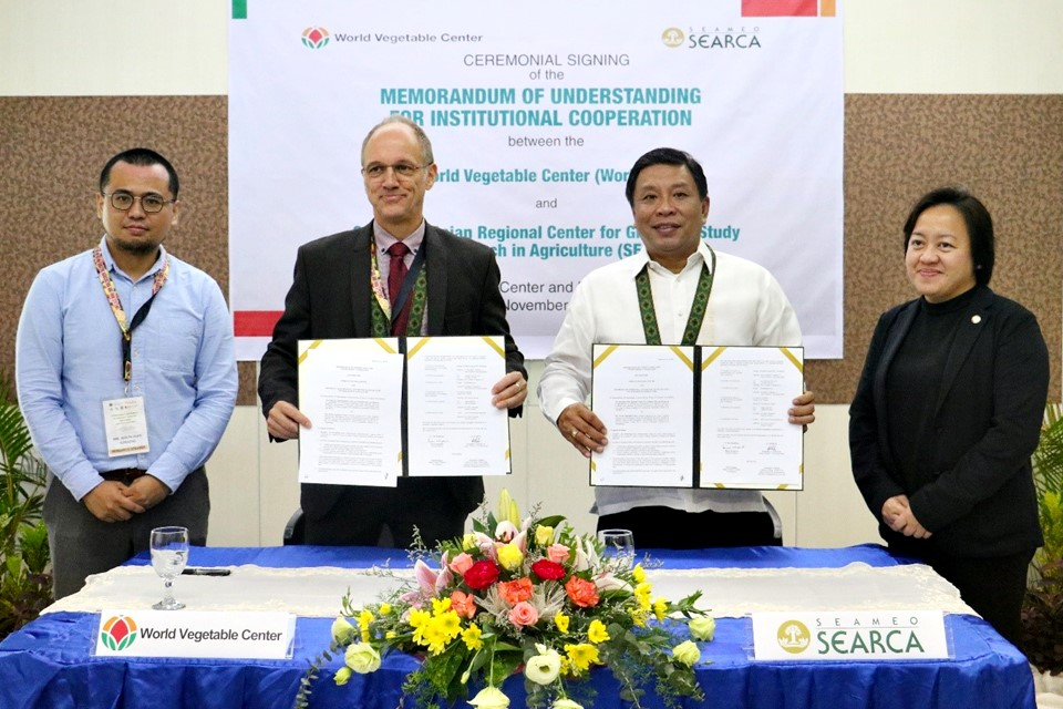 The memorandum of understanding for institutional cooperation between the Southeast Asian Regional Center for Graduate Study and Research in Agriculture (SEARCA) and World Vegetable Center (WorldVeg) was signed by Dr. Fernando C. Sanchez, Jr. (second from right) on behalf of SEARCA as Chair of its Governing Board and Dr. Marco Wopereis (second from left), Director General of WorldVeg. Behind them to witness the signing were Ms. Adoracion T. Robles (right), Officer-in-Charge of the SEARCA Office of Deputy Director for Administration, and Mr. Shun-Nan Chiang, SEARCA Visiting Research Fellow.