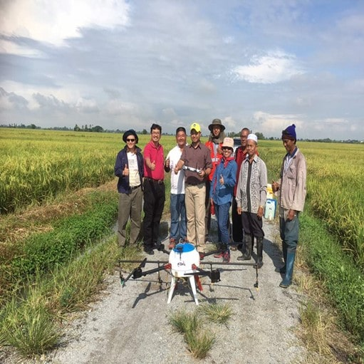Dr. Nazmi during the performance testing of a chemical spraying drone in paddy cultivation with the MUDA Agricultural Development Authority (MADA).