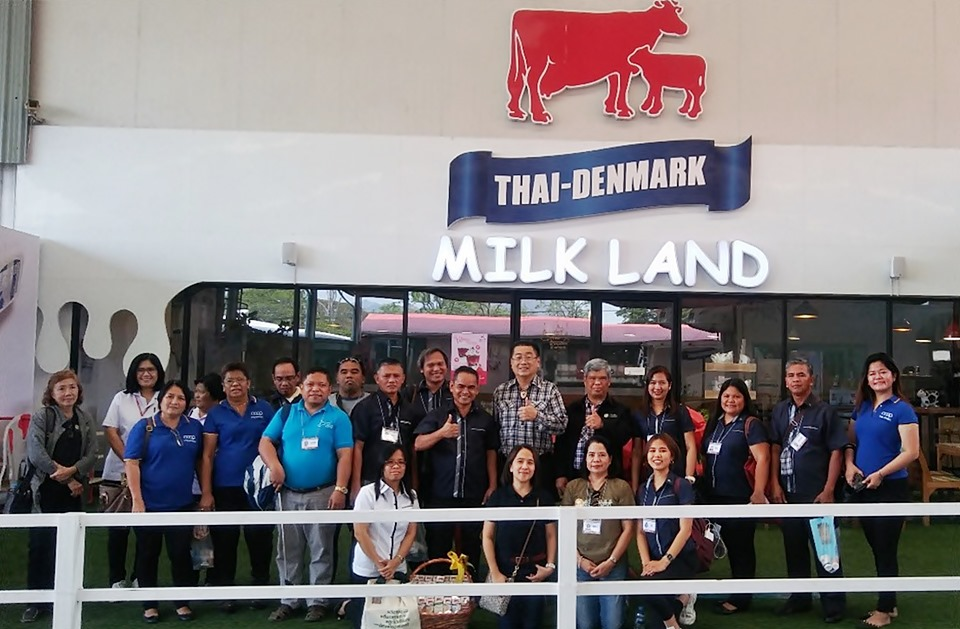 Participants pose for a group photo with officials and staff of the DPO in Saraburi Province.