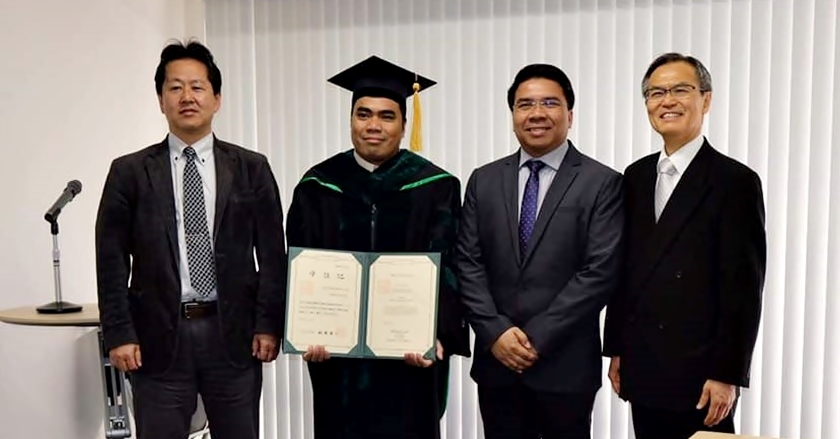 Dr. Ronilo de Castro (second from L), pose for a souvenir photo with program supervisors Prof. Satoshi Ohkura of NU (left) and Prof. Rommel Sulabo of UPLB (third from left), and GSBS Dean Dr. Kazuhito Kawakita after graduation ceremony.