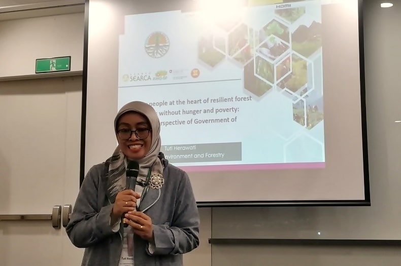 Dr. Tuti Herawati presenting in Session 6: Putting people at the heart of resilient forest landscapes without hunger and poverty