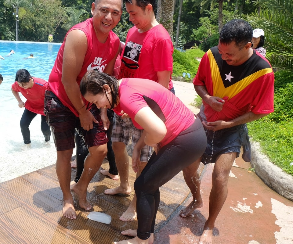 Get Wet and Melt. Maximum effort from Love Team as they tried to melt their block of ice.