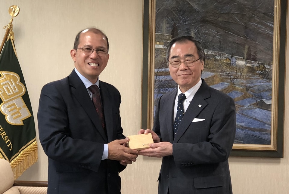 Dr. Gregorio (left) presents a token to Professor Matsuo during his visit to Nagoya University.