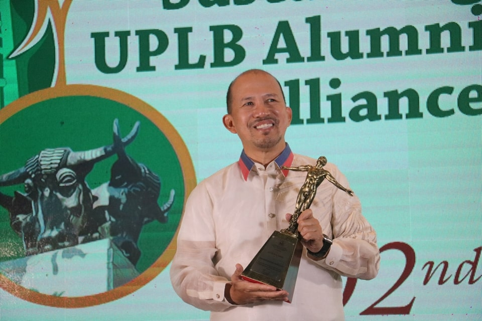 Dr. Glenn B Gregorio, SEARCA Director, received the University of the Philippines Los Baños Alumni Association (UPLBAA) College of Agriculture and Food Science (CAFS) Distinguished Alumni Award.