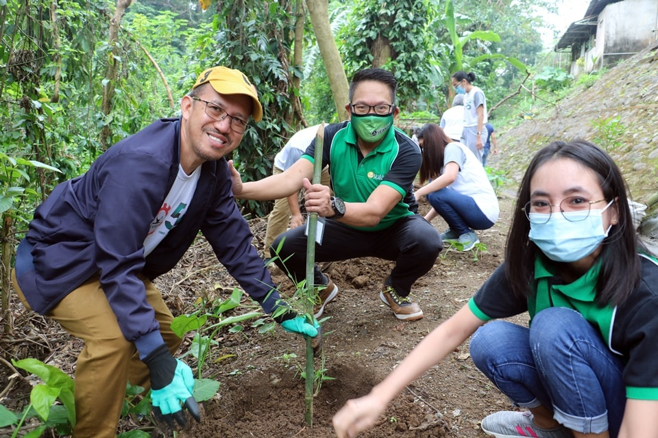 Dr. Glenn B. Gregorio (left), SEARCA Director, and Mr. Joselito G. Florendo, SEARCA Deputy Director for Administration (center), planted one bamboo together with a SEARCA scholar.