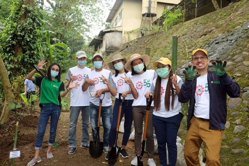 Dr. Gregorio together with the SEARCA scholars who joined the bamboo planting.
