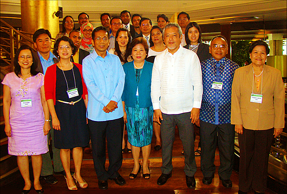 Socioeconomic Planning Secretary and National Economic and Development Authority Director-General Arsenio M. Balisacan (front row, third from left) is joined by SEARCA director Gil C. Saguiguit, Jr. (front row, third from right), SEARCA deputy director Virginia R. Cardenas (front row, fourth from left), SEARCA staff and consultants, and the Primer authors.