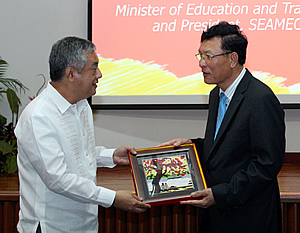 H.E. Pham Vu Luan (right) presents a Vietnamese painting to Dr. Saguiguit as a token of appreciation.