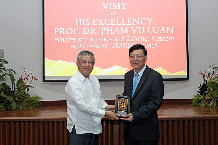 Dr. Gil C. Saguiguit, Jr. (left), SEARCA Director, presents a replica of the Growth Monument, SEARCA's institutional symbol, to H. E. Pham Vu Luan.