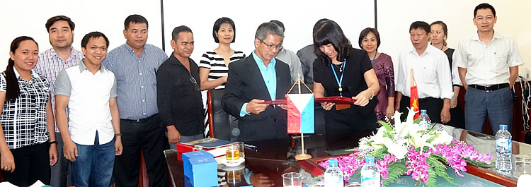 Dr. Arnel del Barrio (center left), PCC Acting Executive Director, and Dr. Nguyen Thi Lan (center right), Acting President of VNUA, sign a memorandum of understanding for possible collaborative activities on research and development, student and staff exchanges, and workshops and training courses between PCC and VNUA