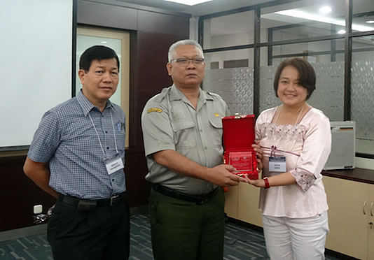 Dr. Alicia Ilaga and Mr. Renato P. Manantan, Regional Executive Director, DA- Negros Island Region, receive a Token of Appreciation from Dr. Chandra Indrawanto, Deputy Director for Research and Cooperation and Public Relations, Indonesian Agency for Agricultural Research and Development.