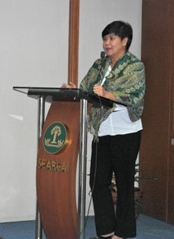 Ms. Lucia Campomanes of the DA-RFU IV discussing DA's support to the school gardens project of DepEd.