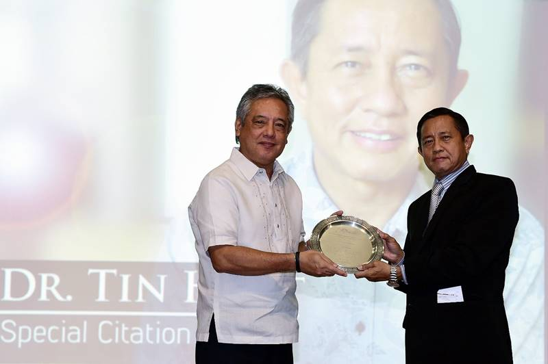 Dr. Tin Htut receives the plaque of special citation from SEARCA Director Dr. Gil C. Saguiguit, Jr.