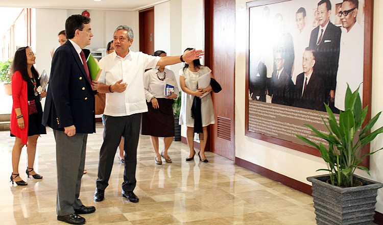 Dr. Saguiguit shares with Ambassador Mathou a bit of history about SEARCA's establishment while on a tour of the Center's facilities.