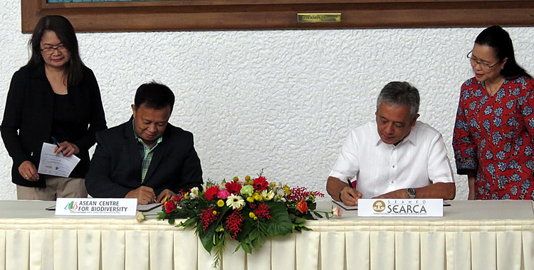 ACB Executive Director Atty. Roberto V. Oliva (second from left) and SEARCA Director Dr. Gil C. Saguiguit, Jr. signing the Memorandum of Understanding for Institutional Cooperation between ACB and SEARCA. Witnessing were Dr. Bessie M. Burgos, SEARCA Program Head Research and Development (rightmost) and Dr. Clarissa C. Arida (leftmost), ACB Director for Programme Development and Implementation.
