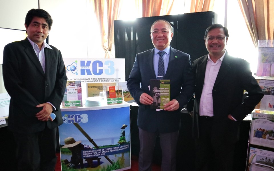 Secretary Emmanuel De Guzman (center) and Mr. Alexis Lapiz (left) of CCC visit the KC3 exhibit booth.