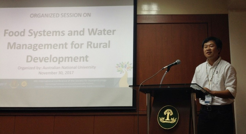 Dr. Thong Anh Tran chairing the session 'Food Systems and Water Management for Rural Development' at the SHE Conference.