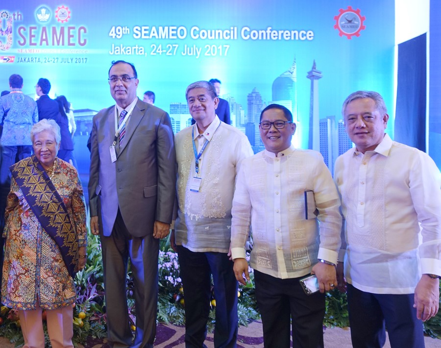 Dr. Saguiguit (rightmost) with Philippine Education Secretary Leonor M. Briones (leftmost), Undersecretary Jesus Lorenzo R. Mateo (second from right) and Undersecretary Atty. Alberto T. Muyot (center) of the Philippine Department of Education (DepEd), and Dr. Shahbaz Khan (second from left), Director of UNESCO Regional Science Bureau for Asia and the Pacific-Jakarta, after the awards ceremony.