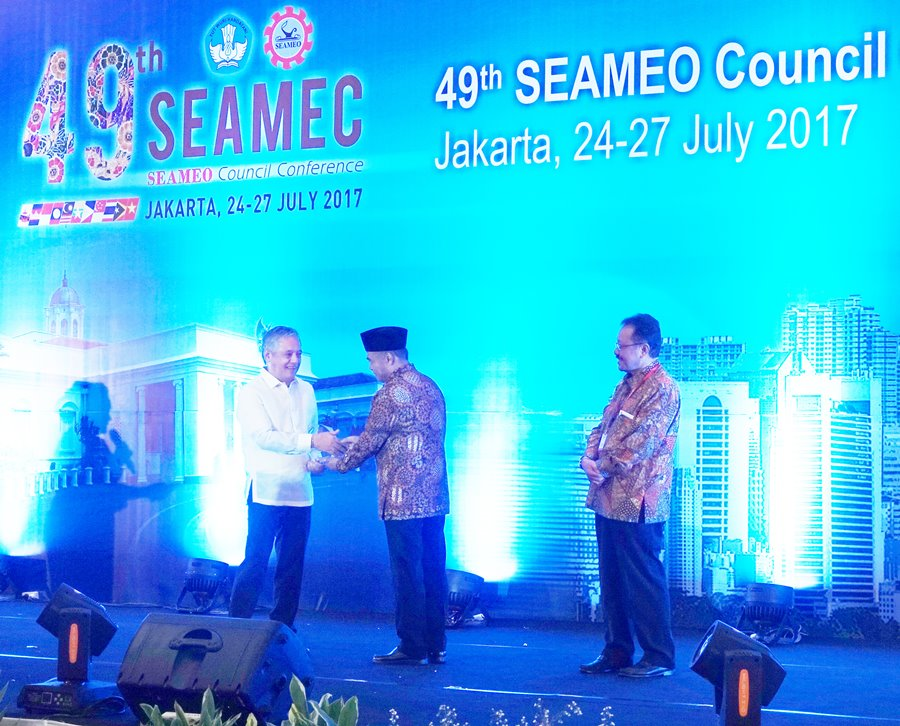 Dr. Gil C. Saguiguit, Jr. (left), SEARCA Director, receives the SEAMEO Service Award from Indonesian Education Minister Muhadjir Effendy, who is the concurrent President of the SEAMEO Council.