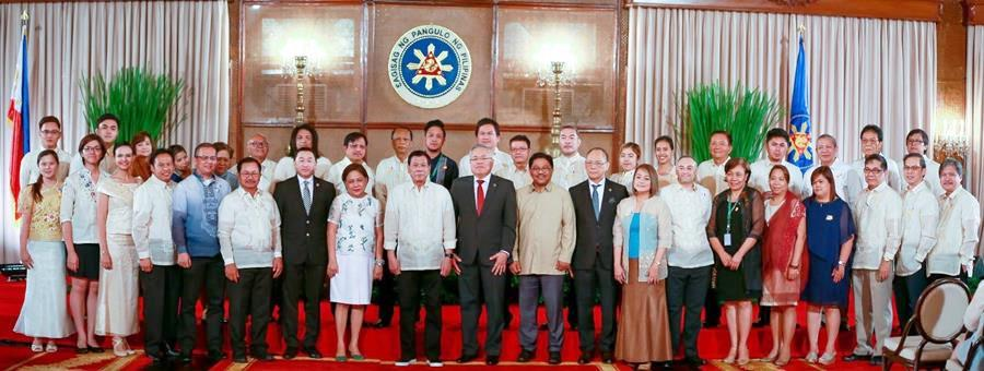 AMIA Program staff and consultants pose with President Rodrigo Duterte (front row, ninth from left), Senator Cynthia Villar (front row, eighth from left), Congressman Arthur Yap (front row, seventh from left), DA Secretary Emmanuel Piñol (front row, sixth from left), DTI Secretary Ramon Lopez (front row, tenth from left), DAR Secretary Rafael Mariano (front row, tenth from right), DBM Secretary Benjamin Diokno (front row, ninth from right), and DA Wide Climate Change Office Director Alicia Ilaga (front row, eighth from right). SEARCA is represented by Lope B. Santos III, PDTS Program Specialist and Gabrielle Lagrimas, Project Coordinator.