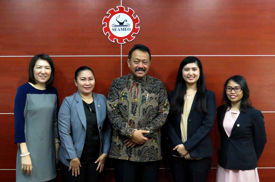 Dr. Gatot Hari Priowirjanto (center) and Ms. Natcha Kampiranond (leftmost), SEAMEO Secretariat's Director and Administration Manager, respectively, received the delegation from SEARCA under the SEAMEO Staff Exchange Program.