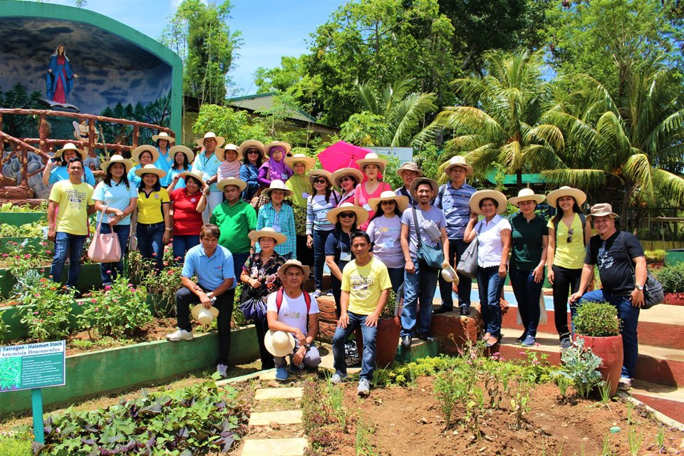 One batch of training participants, together with school teachers, principal, district supervisor, and partner parents from the Majayjay Elementary School, as well as representatives from the local government, as they tour the school-plus-home garden sites under the SEARCA-UPLB-DepEd and IIRR projects.