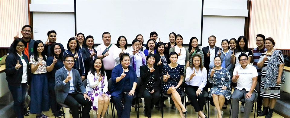 Seminar-workshop participants gesture 'OneHealth'