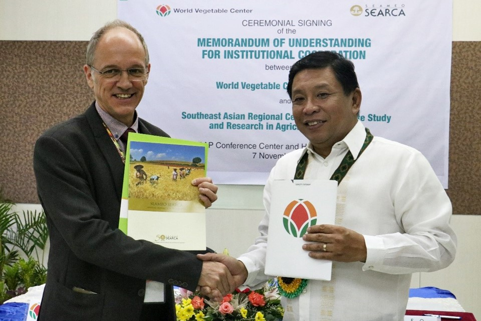 Dr. Sanchez and Dr. Wopereis also exchanged information materials about SEARCA and WorldVeg.