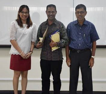Mr. Xisto Martins (center) with Prof. Kristine Adalla and Dr. Felino Lansigan