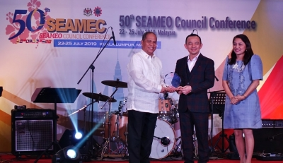 SEARCA's Unit Head for General Services receives SEAMEO Service Award